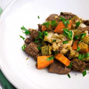 Carne de panela ao funghi com legumes assados
