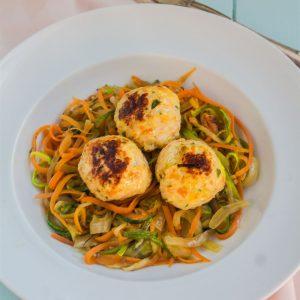 Almondega de frango com spaghetti de legumes