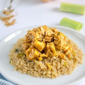 Peito de Frango em cubos ao curry com quinoa e alho poró