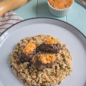 Kafta de Carne com hommus e arroz de lentilha acebolado