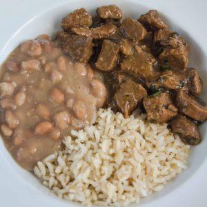 Carne com arroz integral e feijão carioquinha
