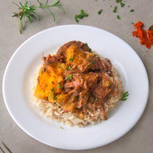 Carne com batata baroa, arroz integral e legumes