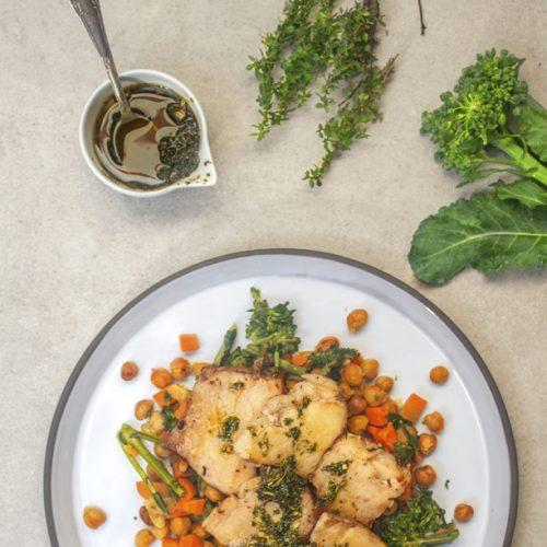 Picanha suína assada ao molho chimichurri com grão de bico e brócolis brasileiro. Produto Low Carb