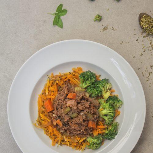Ragú de carne cozinhado lentamente com vinho tinto acompanhado de spaghetti de abóbora paulista e brócolis brasileiro. Produto Low carb