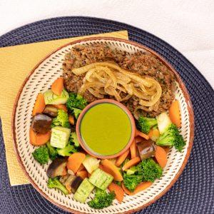 Hamburguer de proteina de soja acebolado com legumes low carb ao molho pesto